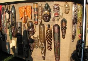 В выставочном зале Краеведческого музея представлены более 50 скульптур и масок, которые нашли археологи в Конго.
