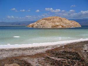 Концентрация соли в воде озера Ассаль сделала его едва ли не самым солёным водоёмом во всём мире